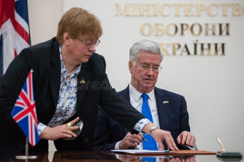 Οι ουκρανικοί και βρετανικοί προϊστάμενοι των Υπουργείων Άμυνας υπογράφουν την κοινή δήλωση στην ανάπτυξη αμυντικής συνεργασίας στοκ εικόνες με δικαίωμα ελεύθερης χρήσης