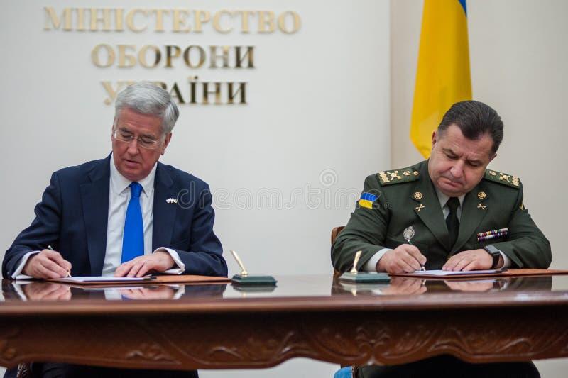 Οι ουκρανικοί και βρετανικοί προϊστάμενοι των Υπουργείων Άμυνας υπογράφουν την κοινή δήλωση στην ανάπτυξη αμυντικής συνεργασίας στοκ φωτογραφίες με δικαίωμα ελεύθερης χρήσης