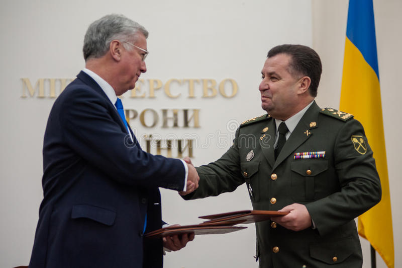 Οι ουκρανικοί και βρετανικοί προϊστάμενοι των Υπουργείων Άμυνας υπογράφουν την κοινή δήλωση στην ανάπτυξη αμυντικής συνεργασίας στοκ φωτογραφία με δικαίωμα ελεύθερης χρήσης