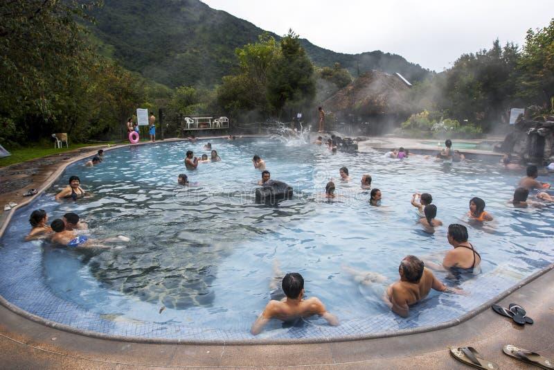 Οι λουόμενοι χαλαρώνουν σε μια θερμική λίμνη στις καυτές ανοίξεις Papallacta στον Ισημερινό στοκ φωτογραφία