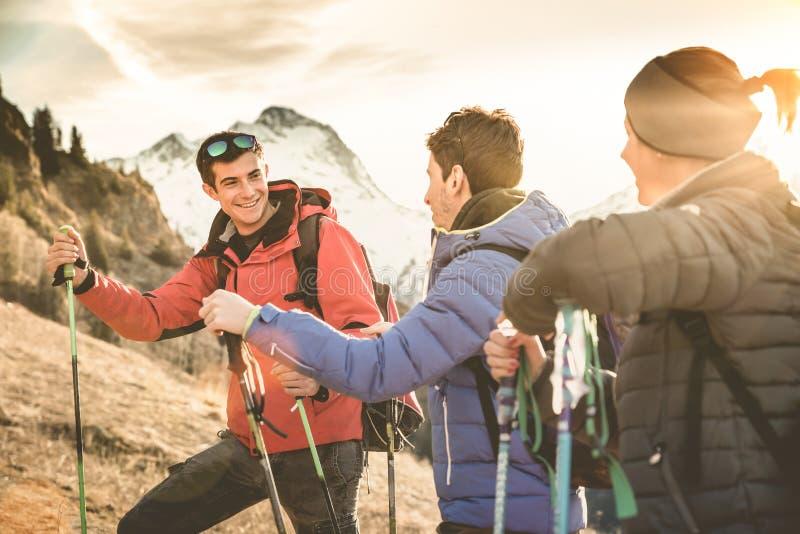 Οι οδοιπόροι φίλων ομαδοποιούν την οδοιπορία στο γαλλικό βουνό ορών στο ηλιοβασίλεμα στοκ φωτογραφία με δικαίωμα ελεύθερης χρήσης