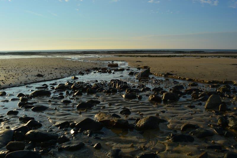 Οι πέτρες εμποδίζουν το νερό στοκ φωτογραφίες