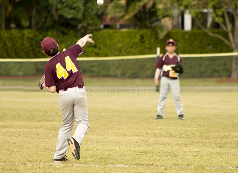 οι παίχτες του μπέιζμπολ ανασκόπησης σκιαγραφούν το λευκό στοκ φωτογραφία
