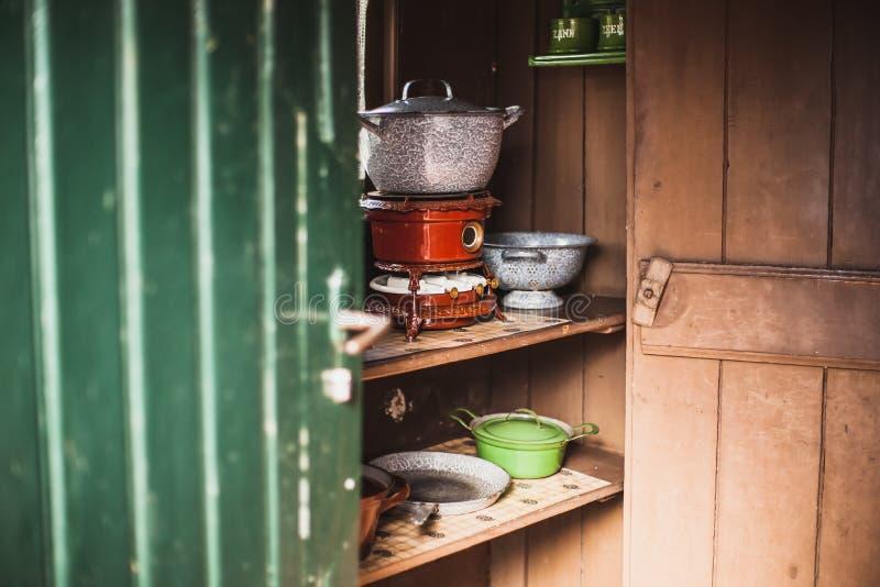 Οι παλαιές εκλεκτής ποιότητας θερμάστρες πετρελαίου έβαλαν φωτιά στη χρησιμοποίηση της παραφίνης σε μια αυθεντική κουζίνα με τις  στοκ εικόνα με δικαίωμα ελεύθερης χρήσης