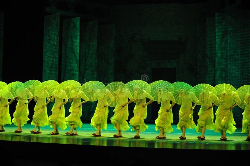 Οι παντόφλες μπαμπού και η ομπρέλα-δεύτερη πράξη των γεγονότων δράμα-Shawan χορού του παρελθόντος στοκ εικόνες με δικαίωμα ελεύθερης χρήσης