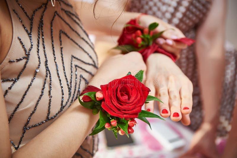 Οι παράνυμφοι με ροδαλό βοηθούν σε διαθεσιμότητα να δέσουν το λουλούδι στοκ εικόνα με δικαίωμα ελεύθερης χρήσης