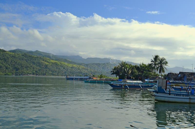 Οι παραδοσιακές βάρκες ελλιμένισαν στο λιμάνι κοντά στο νησί Caramoan στις Φιλιππίνες στοκ φωτογραφίες με δικαίωμα ελεύθερης χρήσης