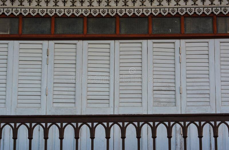 Οι παραδοσιακά ξύλινα πόρτες και το μπαλκόνι του αρχαίου σπιτιού, Ταϊλάνδη στοκ φωτογραφίες με δικαίωμα ελεύθερης χρήσης