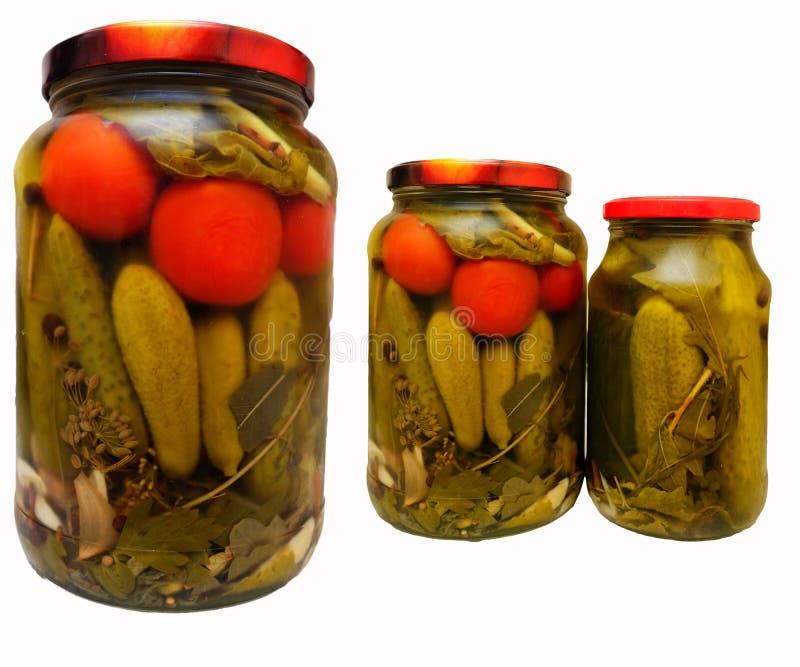 Οι παστωμένα ντομάτες και τα αγγούρια σε ένα βάζο γυαλιού στοκ φωτογραφία