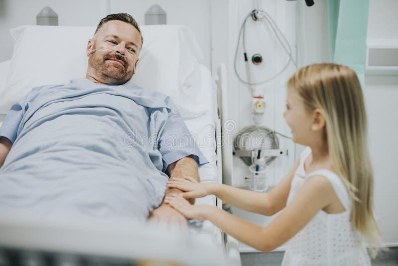 Οι πατέρες εκμετάλλευσης κορών παραδίδουν το νοσοκομείο στοκ εικόνες