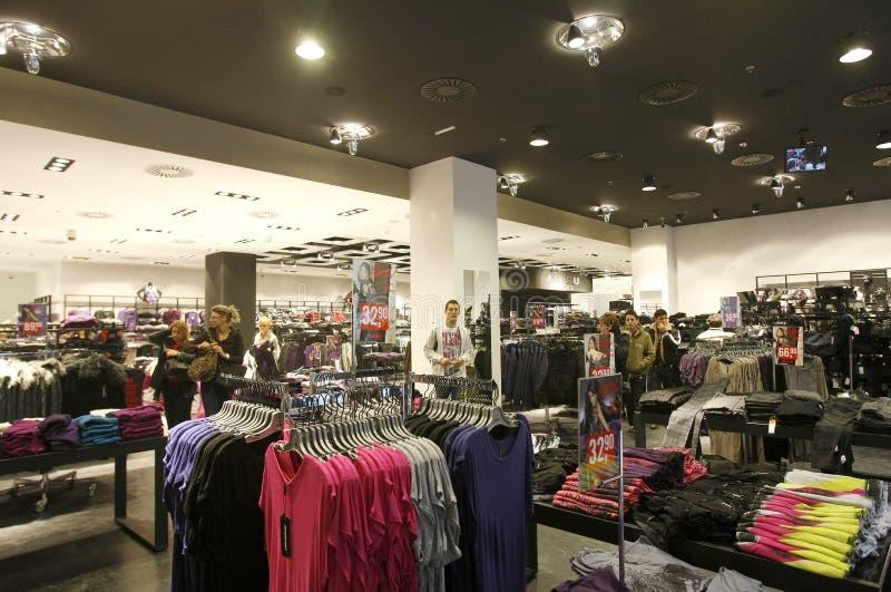 Οι πελάτες που ψωνίζουν σε Νεοϋρκέζο καταχωρούν το εσωτερικό στοκ φωτογραφία