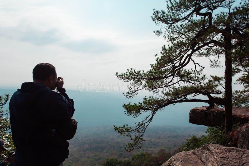 Οι περισσότεροι τουρίστες προτιμούν συνήθως να πάρουν τους απότομους βράχους Sak της υπογραφής Kradueng είναι εδώ στοκ εικόνα