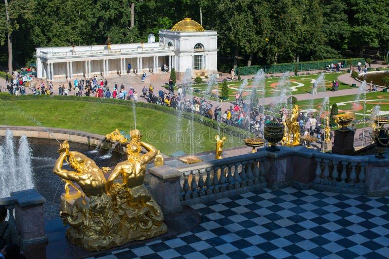 Οι πηγές του μεγάλου καταρράκτη σε Peterhof στοκ εικόνες