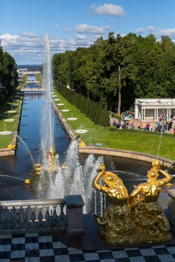 Οι πηγές του μεγάλου καταρράκτη σε Peterhof στοκ φωτογραφίες