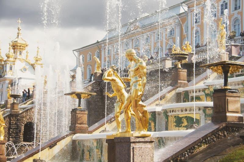 Οι πηγές του μεγάλου καταρράκτη στο παλάτι Peterhof γέφυρα okhtinsky Πετρούπολη Ρωσία Άγιος στοκ φωτογραφία με δικαίωμα ελεύθερης χρήσης