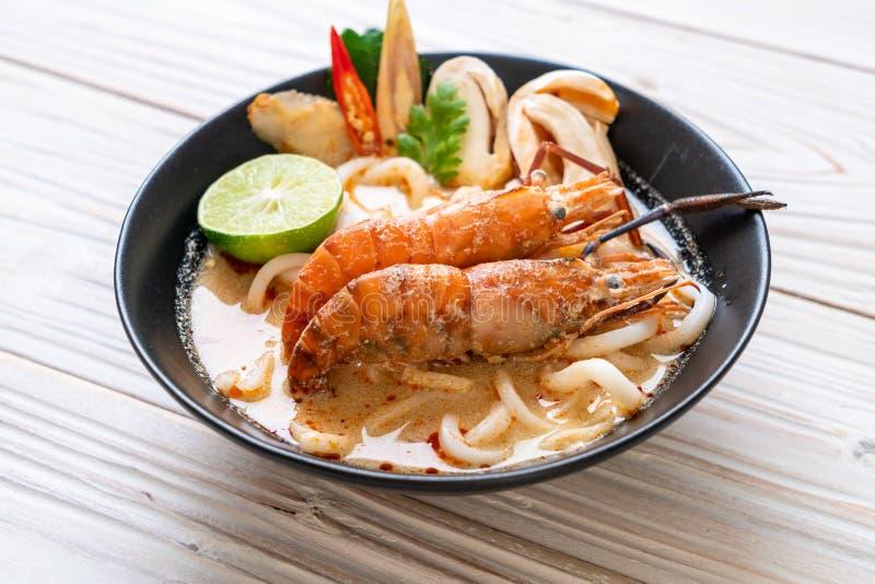 οι πικάντικες γαρίδες udon το νουντλς (Tom Yum Goong στοκ φωτογραφία