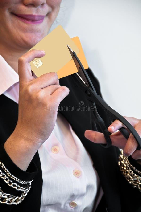 Οι πιστωτικές κάρτες κόβονται από το ψαλίδι στοκ εικόνες με δικαίωμα ελεύθερης χρήσης