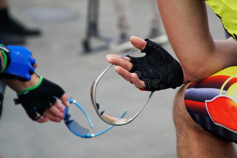 Οι ποδηλάτες κρατούν τα προστατευτικά γυαλιά στοκ εικόνα με δικαίωμα ελεύθερης χρήσης