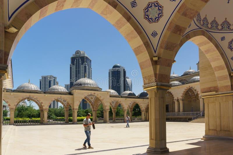 Οι πολυκατοικίες της πόλης του Γκρόζνυ αυξάνονται επάνω από τη θερινή στοά της καρδιάς μουσουλμανικών τεμενών Τσετσενίας που ονομ στοκ φωτογραφίες με δικαίωμα ελεύθερης χρήσης
