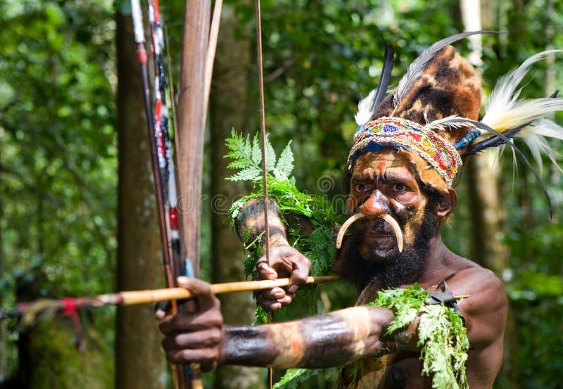 Οι πολεμιστές μιας φυλής Papuan Yafi στα παραδοσιακές ενδύματα, τις διακοσμήσεις και το χρωματισμό Νησί της Νέας Γουϊνέας, στοκ φωτογραφία
