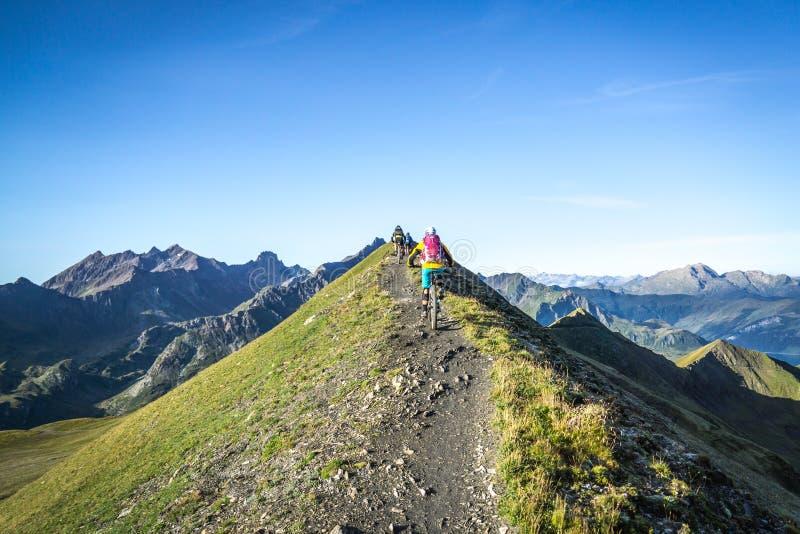 Οι ποδηλάτες στο βουνό σύρουν στοκ φωτογραφία με δικαίωμα ελεύθερης χρήσης