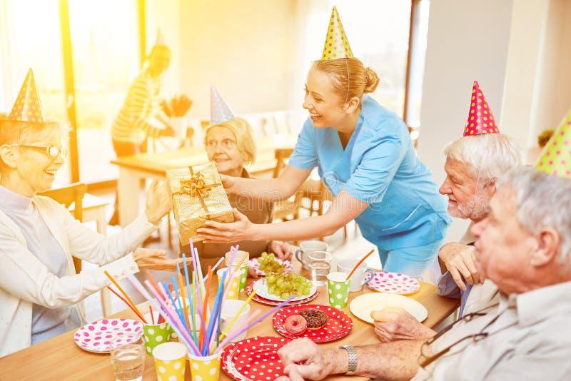 Οι πρεσβύτεροι γιορτάζουν τα γενέθλια στη ιδιωτική κλινική στοκ εικόνες με δικαίωμα ελεύθερης χρήσης