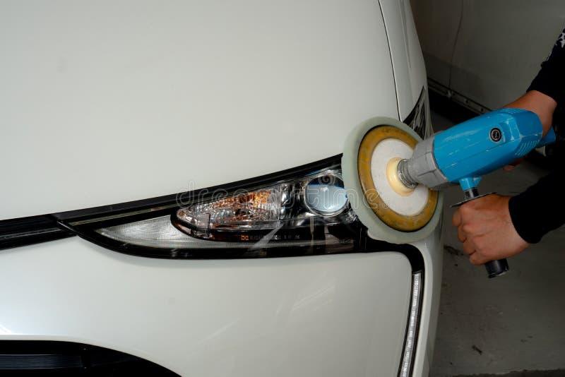 Οι προβολείς αυτοκινήτων με την ισχύ αποθηκεύουν τη μηχανή στο πρατήριο βενζίνης - μια σειρά εικόνων ΠΡΟΣΟΧΗΣ ΑΥΤΟΚΙΝΗΤΩΝ στοκ φωτογραφία