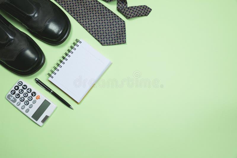 Οι προμήθειες γραφείων στο πράσινο υπόβαθρο με το διάστημα αντιγράφων για το inse στοκ φωτογραφίες