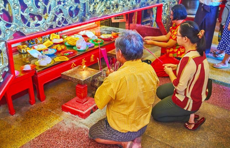 Οι προσκυνητές στον κινεζικό ναό Qingfu, Yangon, το Μιανμάρ στοκ εικόνες