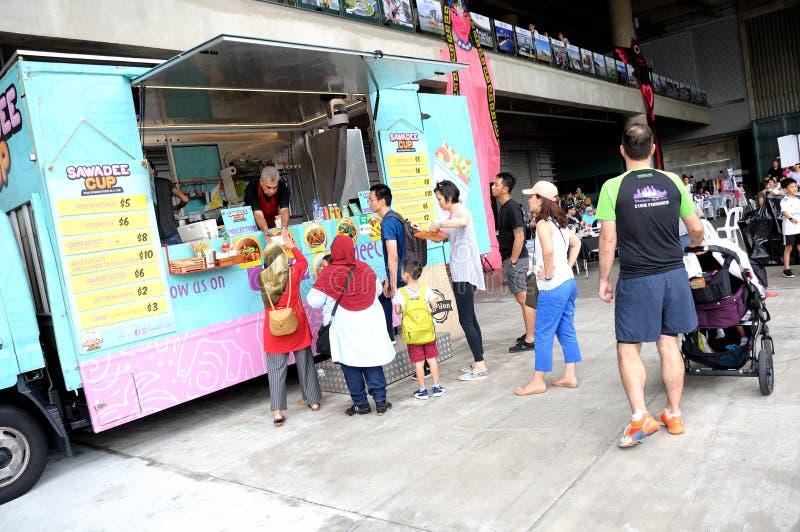 Οι προστάτες περιμένουν στη σειρά επάνω για τις διαταγές τους πριν από ένα φορτηγό τροφίμων Sawadeecup στοκ εικόνες