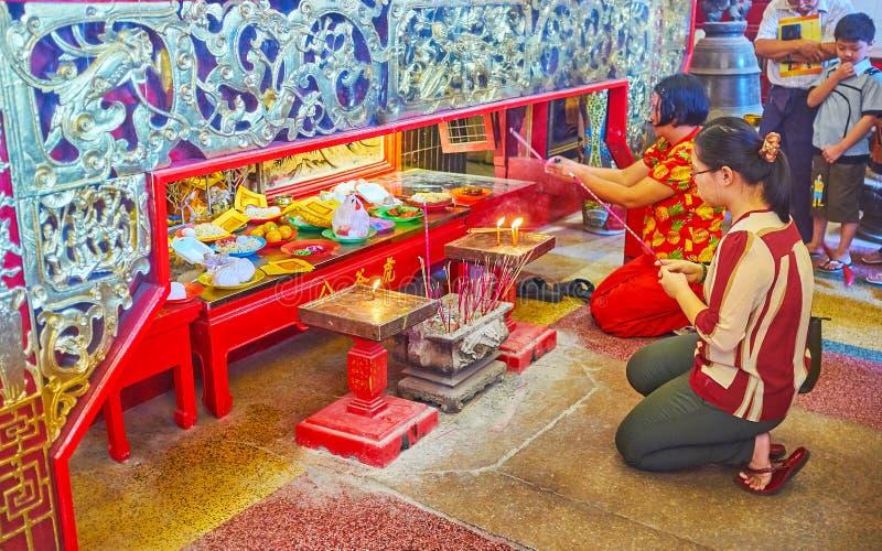 Οι προσφορές τροφίμων στην κύρια λάρνακα του ναού Qingfu, Yangon, το Μιανμάρ στοκ φωτογραφία με δικαίωμα ελεύθερης χρήσης