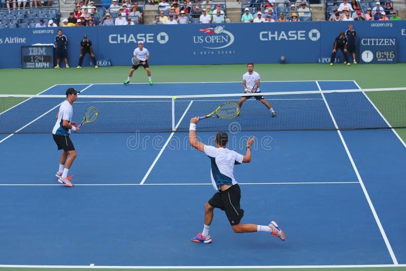 Οι πρωτοπόροι Mike του Grand Slam και το βαρίδι Bryan (στο μέτωπο) κατά τη διάρκεια των ΗΠΑ ανοίγουν αντιστοιχία 3 διπλασίων του  στοκ εικόνες