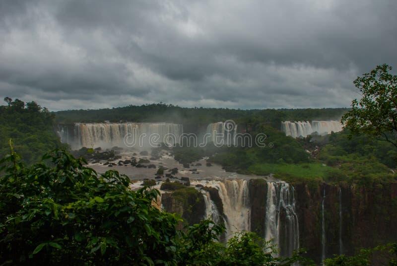 Οι πτώσεις Iguazu, ένα από νέα τα επτά αναρωτιούνται της φύσης Παγκόσμια κληρονομιά της ΟΥΝΕΣΚΟ, άποψη από τη βραζιλιάνα πλευρά _ στοκ φωτογραφίες με δικαίωμα ελεύθερης χρήσης