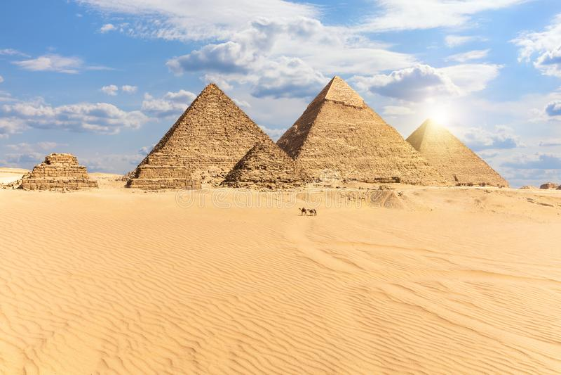 Οι πυραμίδες Giza, άποψη από την έρημο, Αίγυπτος στοκ εικόνα με δικαίωμα ελεύθερης χρήσης