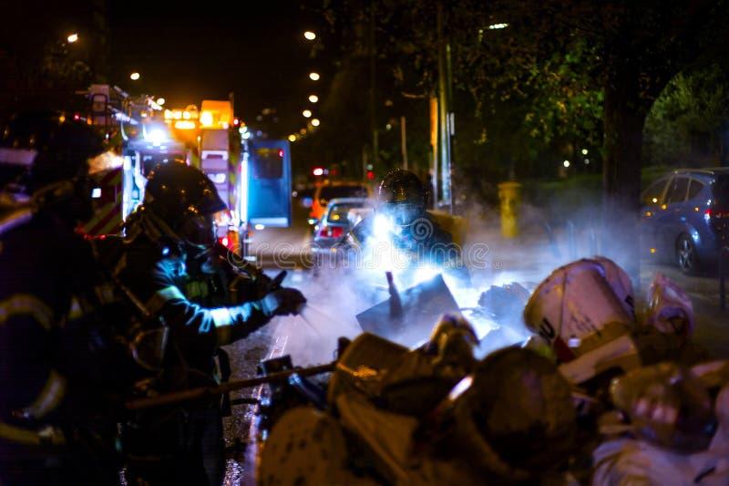 Οι πυροσβέστες εργάζονται σε μια πυρκαγιά νύχτας Μαδρίτη Ισπανία στοκ φωτογραφίες με δικαίωμα ελεύθερης χρήσης