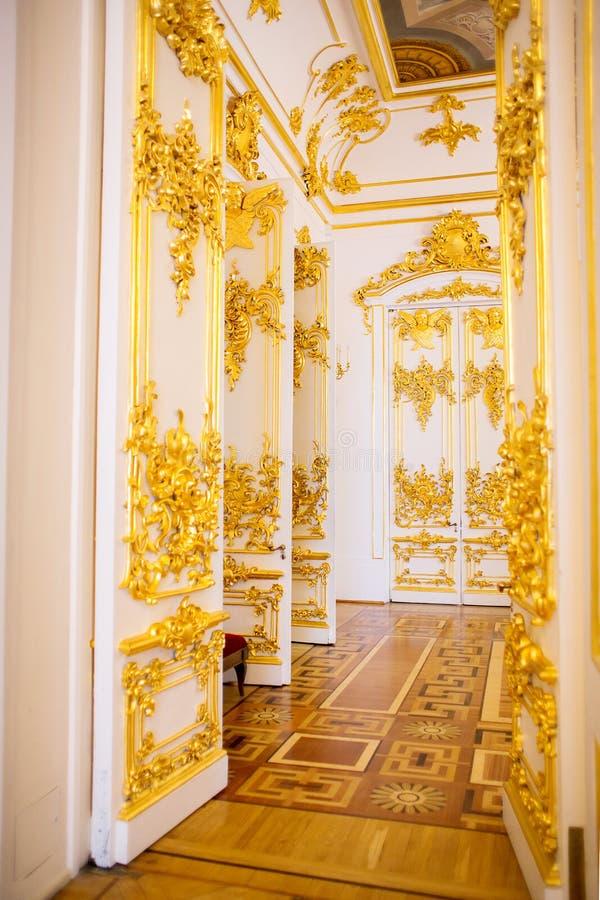 Οι πόρτες μια από τις αίθουσες ενός μουσείου σύνθετου το ερημητήριο που διακοσμείται με μια χρυσή σχηματοποίηση στόκων στοκ φωτογραφία με δικαίωμα ελεύθερης χρήσης