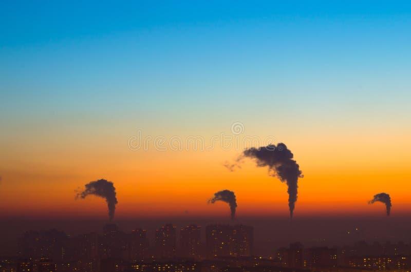 Οι πόλεις και ο βιομηχανικός καπνός καλύπτουν το ηλιοβασίλεμα ουρανού στοκ φωτογραφία με δικαίωμα ελεύθερης χρήσης