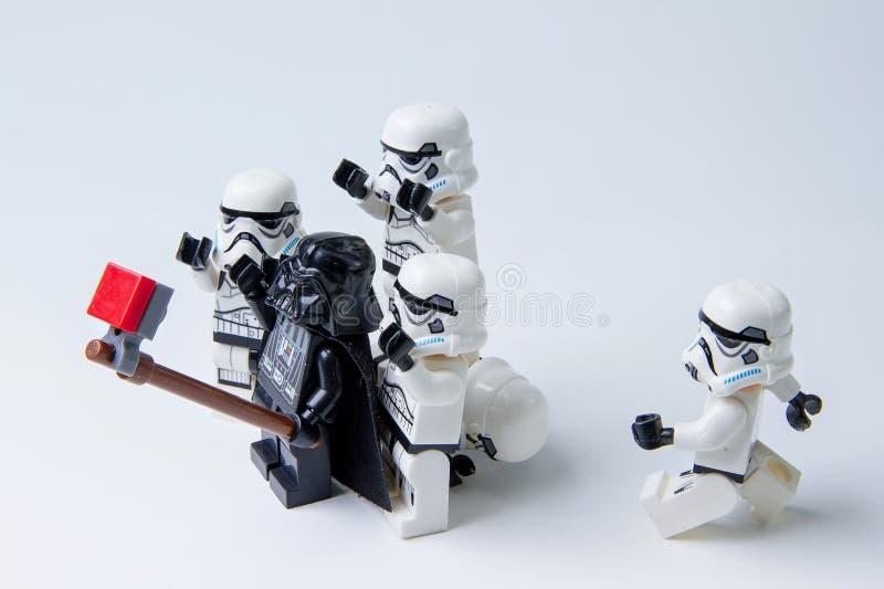 Οι πόλεμοι των άστρων Lego παίρνουν τις φωτογραφίες selfie στοκ φωτογραφίες