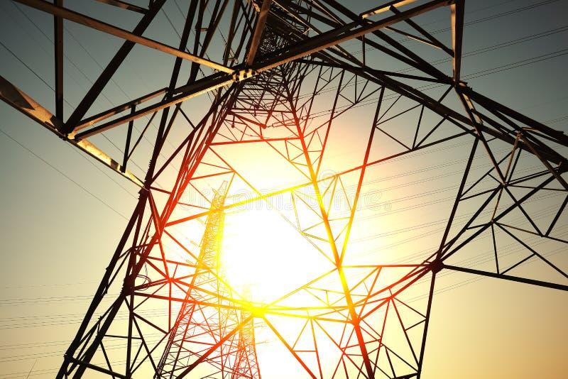 Οι πύργοι μετάδοσης δύναμης του υποβάθρου ουρανού στοκ εικόνες