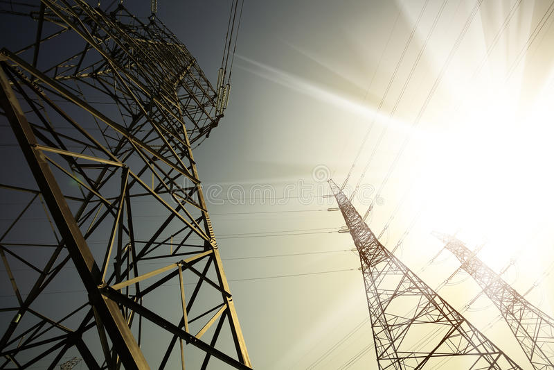 Οι πύργοι μετάδοσης δύναμης του υποβάθρου ουρανού στοκ εικόνα με δικαίωμα ελεύθερης χρήσης