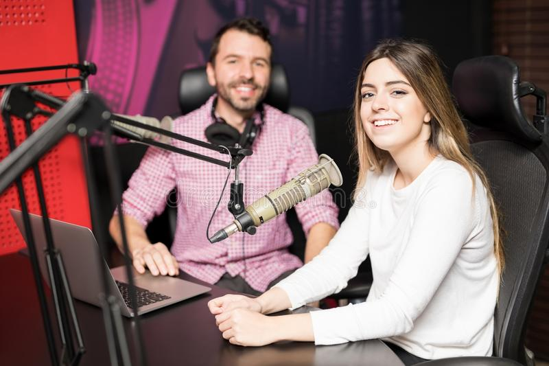 Οι ραδιο παρουσιαστές που φιλοξενούν στη ζωντανή συζήτηση παρουσιάζουν στοκ φωτογραφία με δικαίωμα ελεύθερης χρήσης