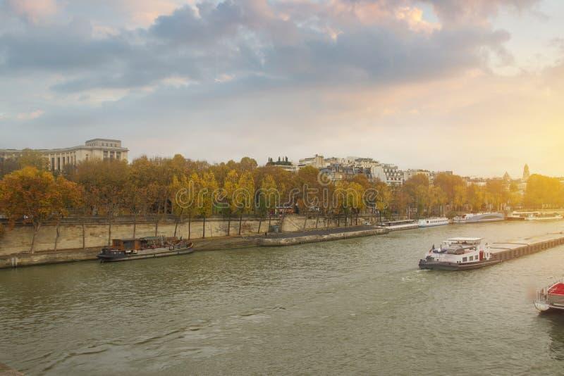 οι ροές του Σηκουάνα ποταμών μέσω του Παρισιού στοκ εικόνες