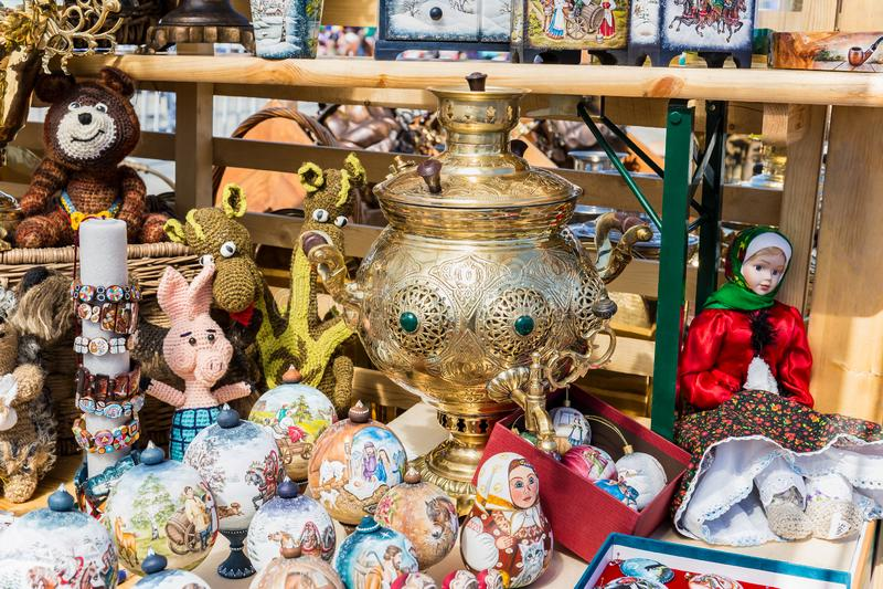 Οι ρωσικά κούκλες και τα αναμνηστικά βρίσκονται δίπλα στο σαμοβάρι στοκ εικόνα με δικαίωμα ελεύθερης χρήσης