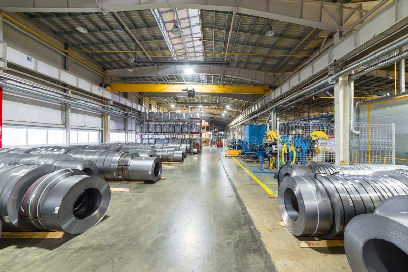 Οι ρόλοι του μετάλλου φύλλων βρίσκονται στο πάτωμα Εσωτερική αποθήκη εμπορευμάτων των πρώτων υλών στοκ φωτογραφίες με δικαίωμα ελεύθερης χρήσης