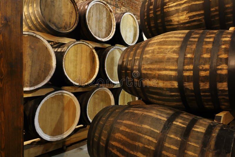 Οι σειρές των οινοπνευματωδών βαρελιών κρατιούνται στο απόθεμα Οινοπνευματοποιία Κονιάκ, ουίσκυ, κρασί, κονιάκ Οινόπνευμα στα βαρ στοκ εικόνα