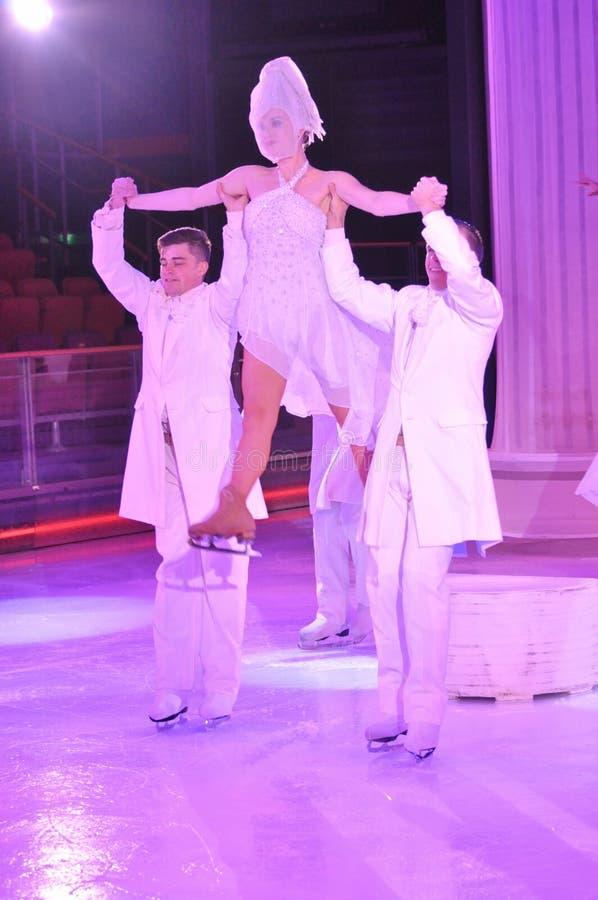 Οι σκέιτερ πάγου στον πάγο παρουσιάζουν σόου στοκ φωτογραφία με δικαίωμα ελεύθερης χρήσης