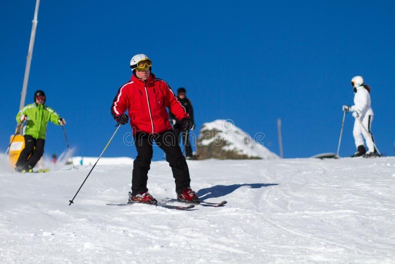 Οι σκιέρ στο σκι κλίνουν στοκ εικόνα