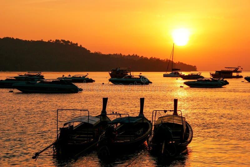 Οι σκιαγραφημένες longtail βάρκες στην ανατολή στον τόνο Sai, Phi Phi AO φορούν στοκ φωτογραφία με δικαίωμα ελεύθερης χρήσης