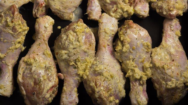 Οι σπιτικές συνταγές, να μαγειρεψουν είναι στο σπίτι εύγευστες Αντικνήμια κοτόπουλου Κρέας κοτόπουλου Πόδια κοτόπουλου στη σάλτσα στοκ φωτογραφία με δικαίωμα ελεύθερης χρήσης