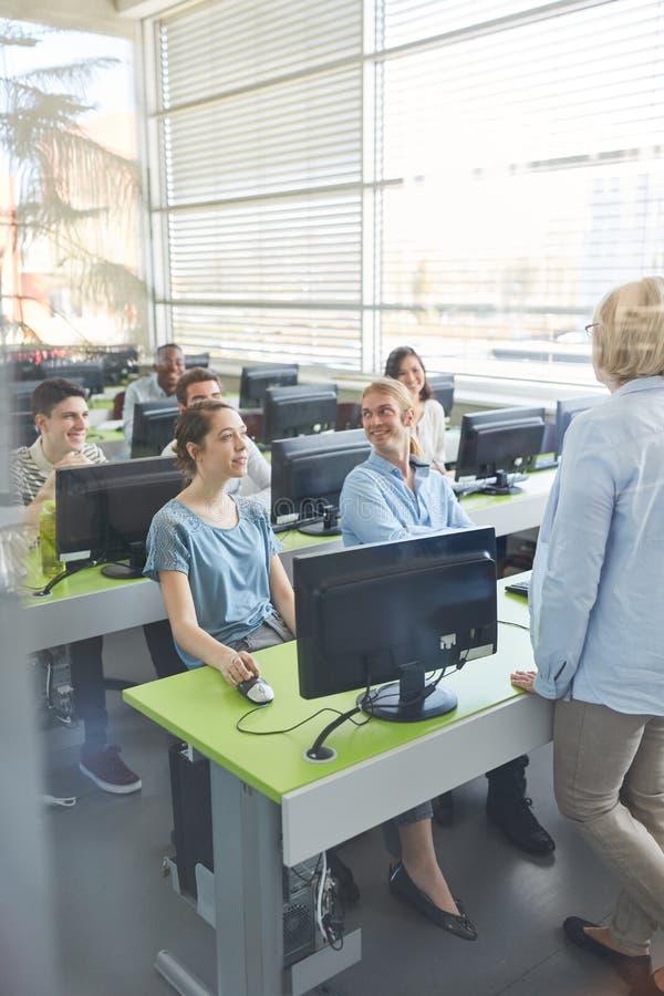 Οι σπουδαστές μαθαίνουν στη σειρά μαθημάτων υπολογιστών στοκ εικόνες